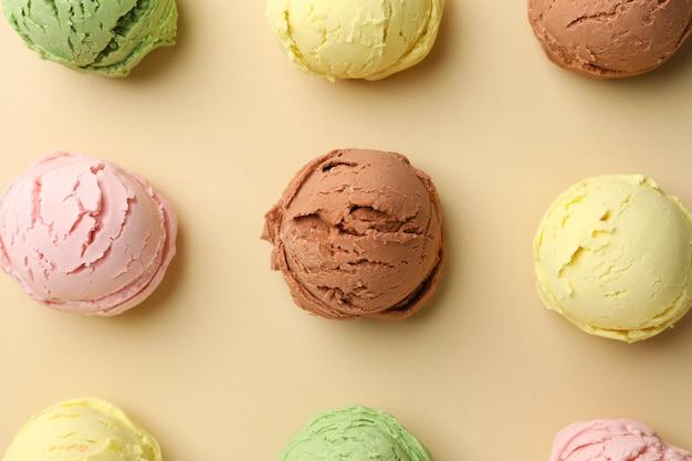 Шарики мороженого на бежевом, вид сверху