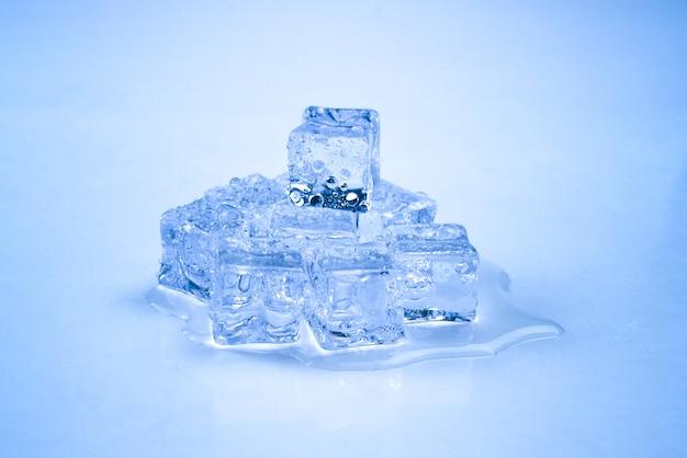 青の氷の結晶の立方体