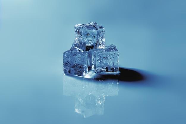 氷の結晶の立方体、テキストやデザインのためのスペース。