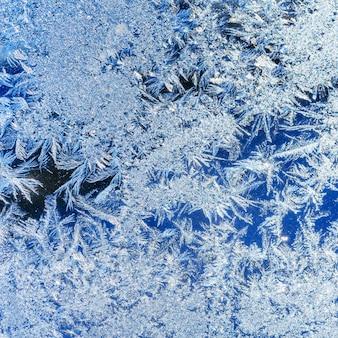Ледяные кристаллы на окне