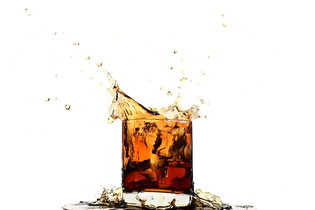 Кубик льда падает в виски в стакане, изолированном на белом