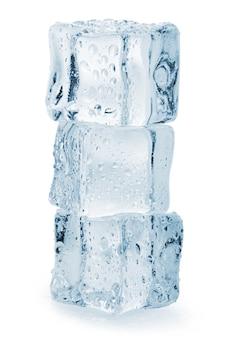 Кубик льда на белой поверхности. обтравочный контур