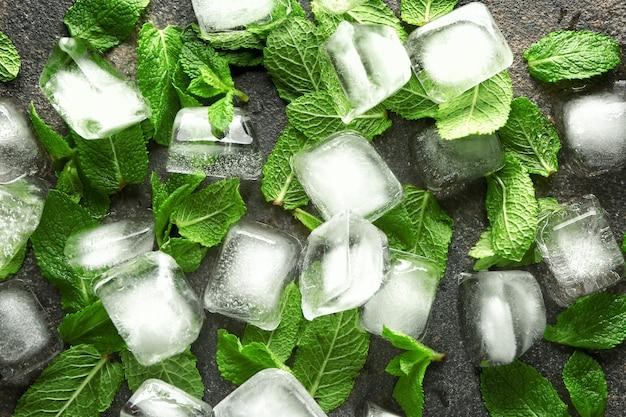 灰色の表面に角氷とフレッシュミント
