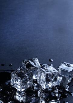 Cubetti di ghiaccio sulla superficie del nero con copyspace