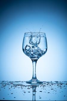 角氷がカクテルグラスに落ちて水しぶきを上げた。