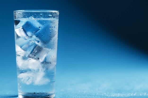 青に透き通った水とガラスの角氷