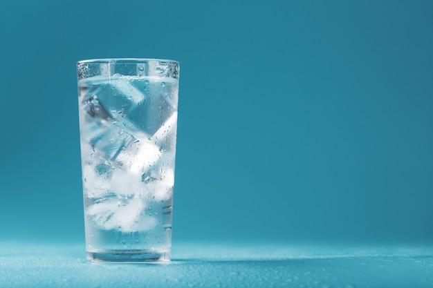 氷水のクローズアップマクロの滴と霧のガラスの角氷