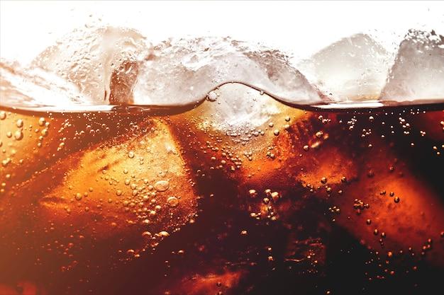 コーラ飲料の角氷、クローズアップ