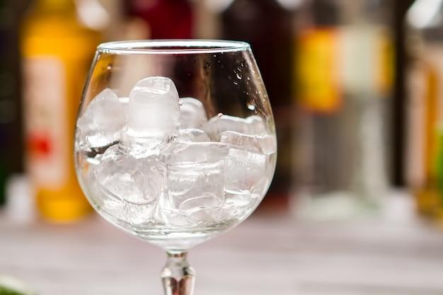 ワイングラスの中の角氷。氷で満たされたガラス。クールダウンする必要があります。パブへようこそ。