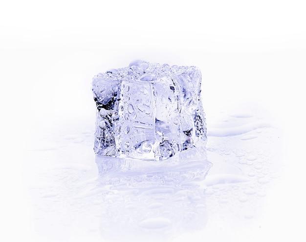 白で隔離の角氷