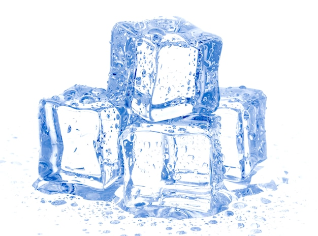 Кубики льда, изолированные на белом
