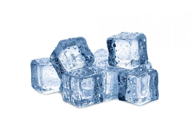 Кубики льда изолированы