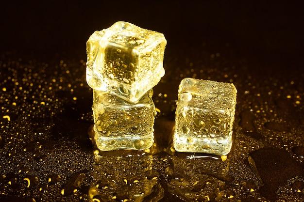 反射黄色の光の角氷。