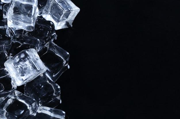 Copyspace와 검은 표면에 얼음 조각