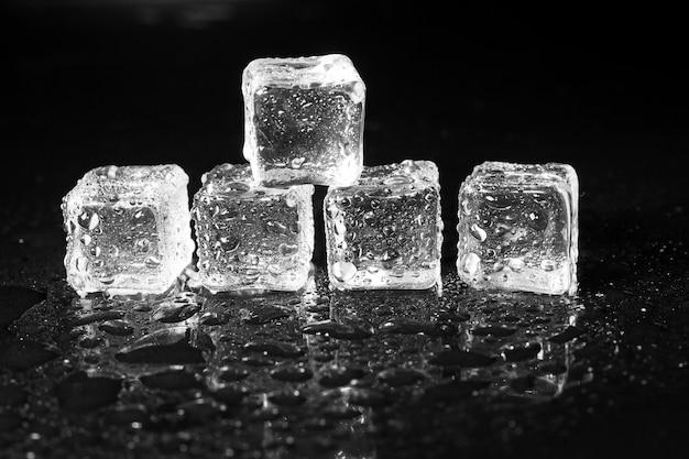 블랙 테이블에 얼음 조각