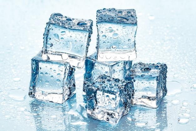 파란색 배경에 얼음 조각