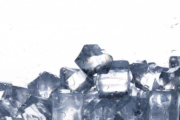 Кубики льда на белом