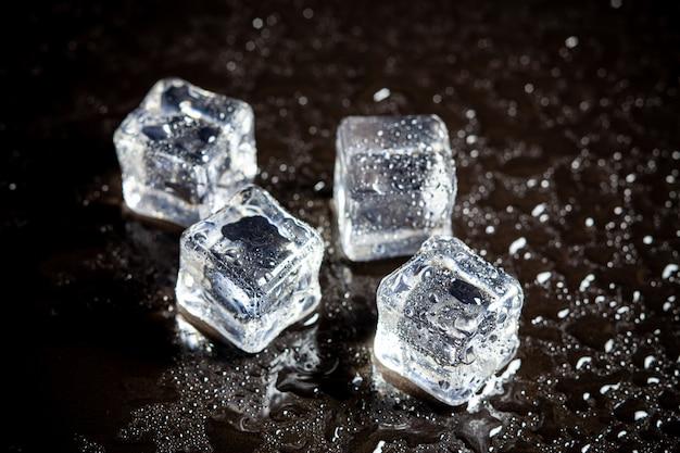 블랙 테이블 배경에 얼음 조각 반사입니다.