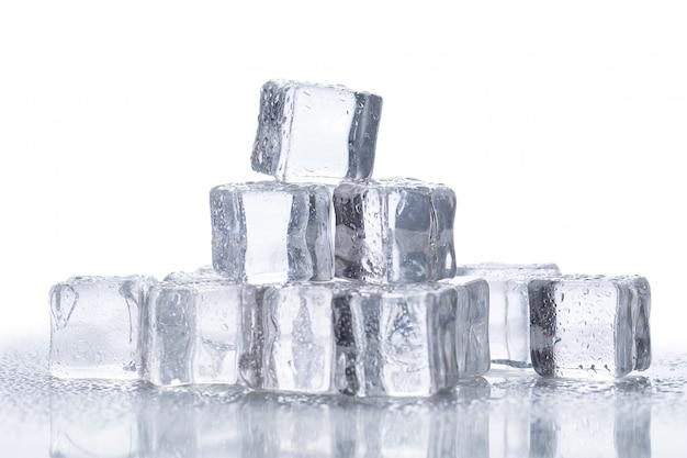 Cubetti di ghiaccio sul tavolo