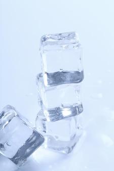 Cubetti di ghiaccio su superficie bianca