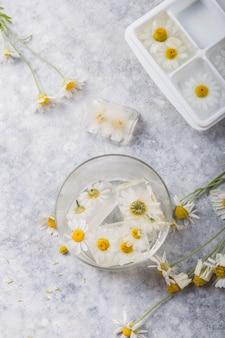 内部のカモミールの花とアイスキューブ