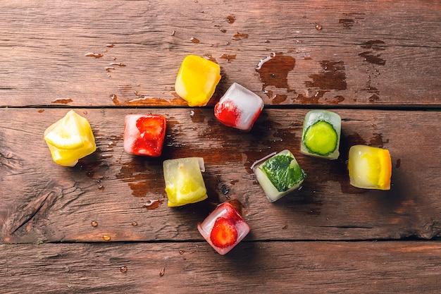 나무 테이블에 과일 얼음 조각입니다. 더운 여름 디저트의 개념. 평평한 평면도, 평면도