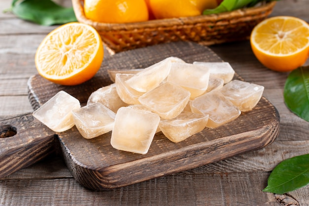 木製のテーブル、クローズアップのトレイにレモンと角氷