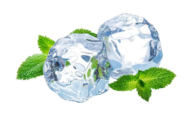 Кубики льда с листьями мяты, изолированные на белом фоне с обтравочным контуром