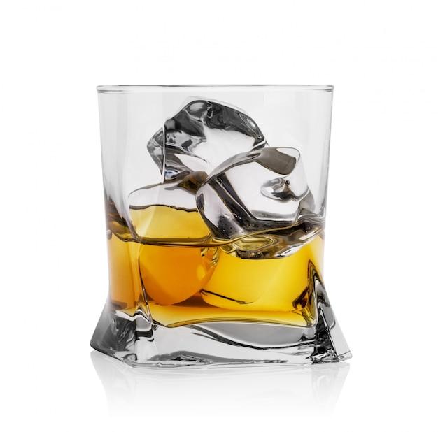 Кубики льда с виски в прозрачном стакане