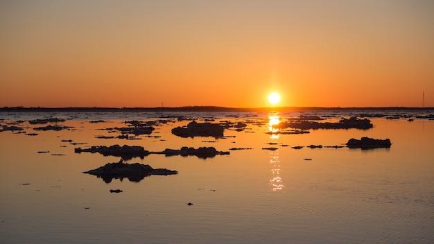 日没時の流氷。 。美しい氷の動きの夜の風景。