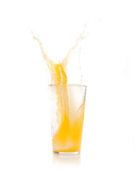 노란색 음료와 함께 유리에 떨어지는 얼음