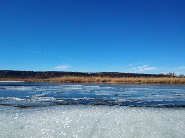 По реке плывут льдины. оттепель в конце зимы.