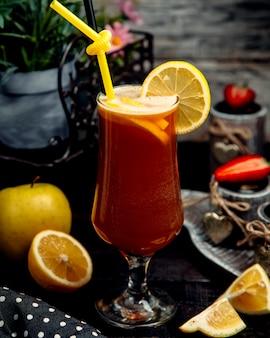 Ледяной фруктовый чай на столе