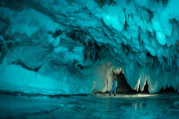 Ледяной грот из голубого льда. озеро байкал, россия