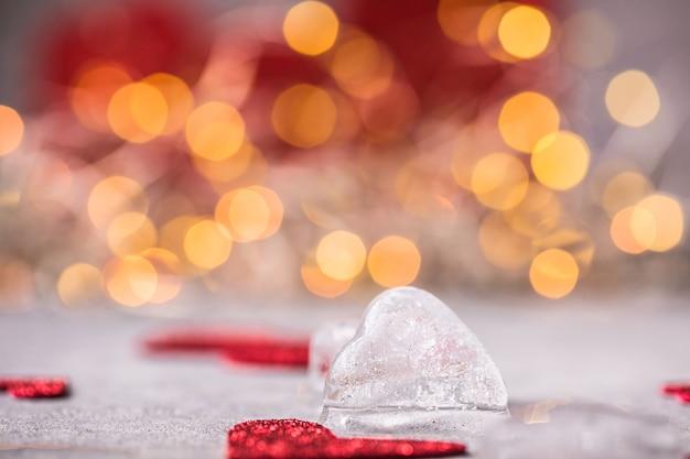 灰色の背景に氷の心。愛の概念。凍った白いハートのロマンチックなカード。