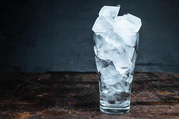 Лед в бокале на столе