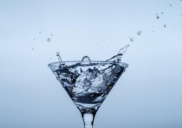 파란색 표면에 물 스플래시와 유리에 얼음