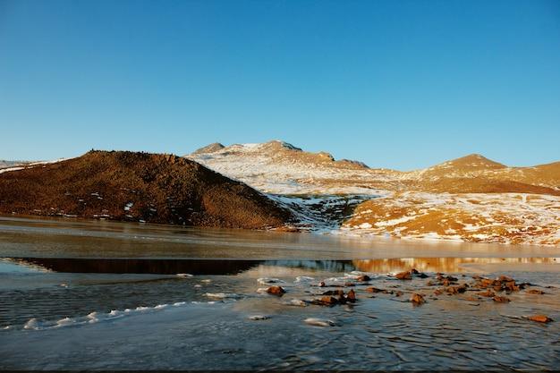 산에서 얼음 호수