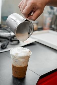 プラスチックガラスのアイスラテコーヒー