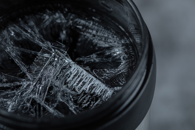 カップの氷、クローズアップ