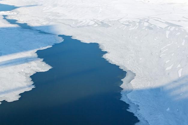 Лед на поверхности москвы-реки в солнечный зимний день