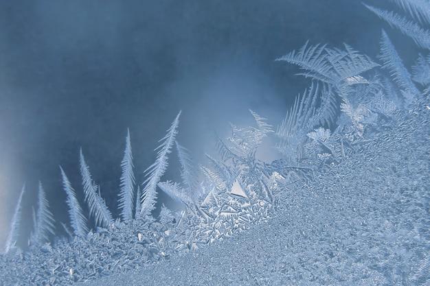 冬の窓の氷のパターン。自然と独自性の季節