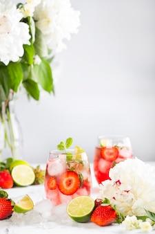 Лимонад ice pink с клубникой, лаймом, базиликом и мятой