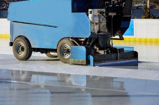 Подготовка льда на ледовом общественном катке между сессиями, отполированная машиной
