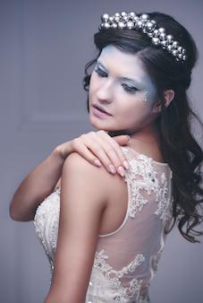 スタジオショットでポーズをとる氷の女王