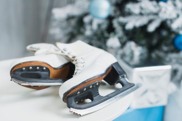 クリスマスツリーの近くのアイススケート
