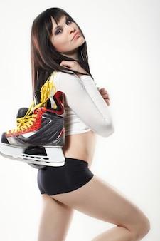 白で隔離されるアイススケートの女性