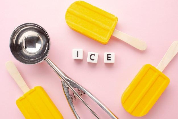 Ледяной тег рядом с мороженым на палочке