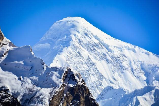 얼음 지형이 라카포시 봉우리를 덮고 있습니다. 파키스탄의 카라코람 산맥에 있는 높고 아름다운 산입니다.