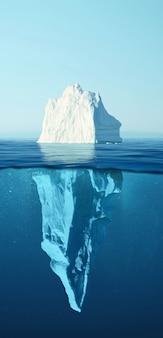 빙산 - 숨겨진 위험과 지구 온난화 개념. 눈에 보이는 수중 부분과 함께 바다에 떠 있는 빙산. 그린란드 얼음
